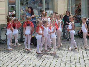 067 inzwischen positionieren sich die kleinen Tänzerinnen aus Dresden